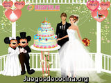 Los novios y un pastel de bodas